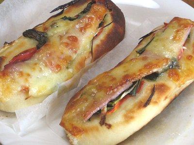 ベーコンと明日葉のピザ