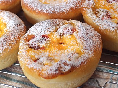カッテージチーズとフルーツのパン(イチゴ、ブルーベリー)