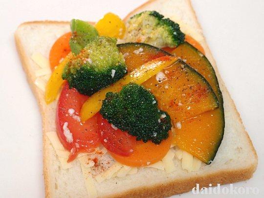 パンに野菜を乗せる