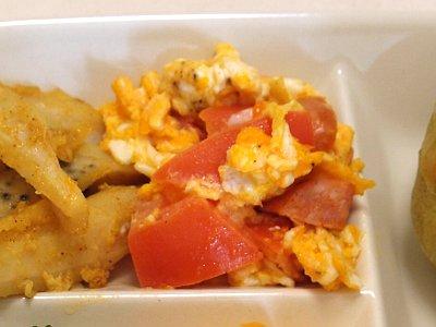 トマトとソーセージの卵炒め