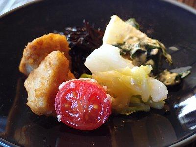 糀のアミューズ:キャベツ、トマトの塩糀 / 粟島ひじきの甘糀白和え / 由布里芋揚げ 出し糀和え